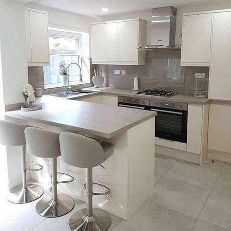 65. A cozinha cinza não precisa ter todos os móveis na mesma cor. Foto: Decore Concept