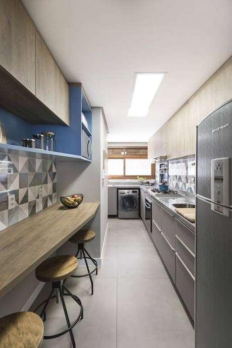 41. A cozinha cinza combina com uma série de elementos decorativos. Foto: Pinterest