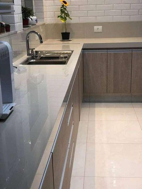 47. A cozinha cinza pode ter móveis envernizados para dar mais destaque ao cômodo. Foto: Revista Viva Decora.