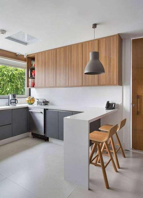 44. As banquetas de madeira são o destaque desta cozinha cinza. Foto: Casa de Valentina