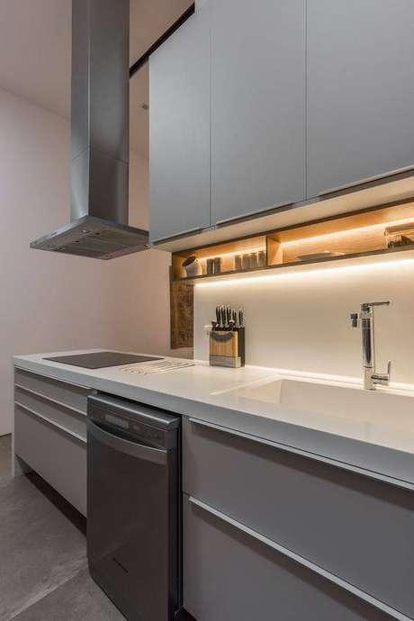 64. A iluminação é importante na cozinha cinza. Foto: RP Guimarães