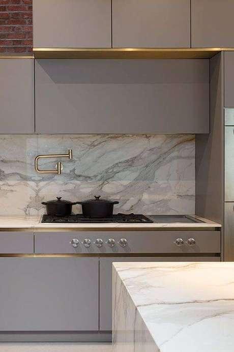 60. Mais um exemplo de como o mármore é perfeito para a cozinha cinza. Foto: Letícia Interiores