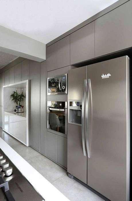 38. A cozinha cinza fica ainda melhor com eletrodomésticos em inox. Foto: Casa de Valentina