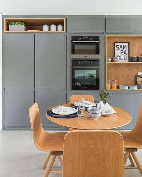 35. Esta mesa de madeira melhora a cozinha cinza de muitas formas. Foto: Tua Casa