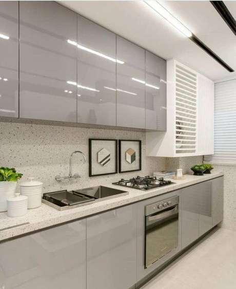 57. A cozinha cinza pode ser melhorada a depender da pia. Foto: Tua Casa