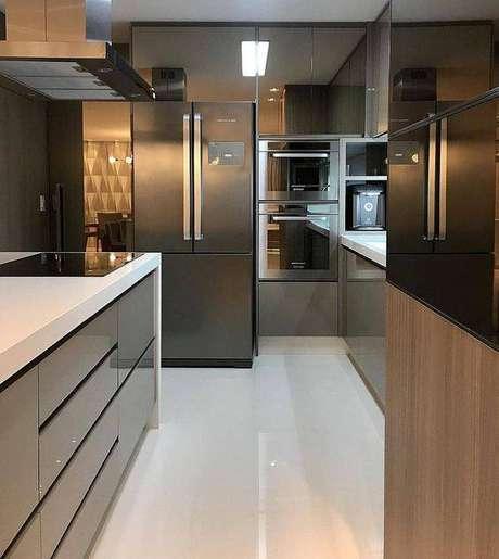 50. A depender do revestimento usado no chão, a cozinha cinza pode ter diferentes aspectos. Foto: Instagram
