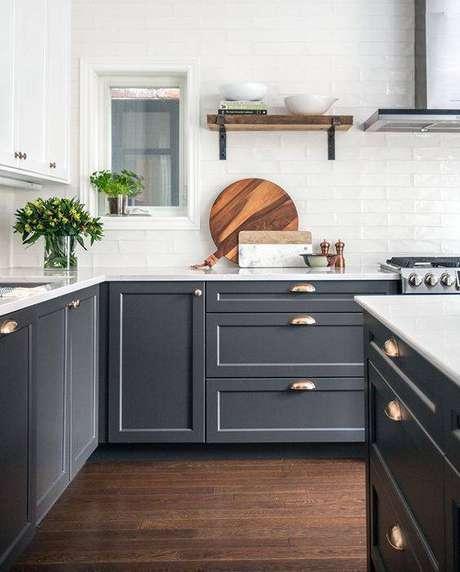 34. O chão dessa cozinha cinza contribui para o contraste. Foto: Casa Très Chic