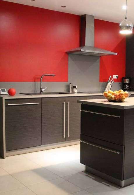 7. A cozinha cinza e vermelha também é contrastiva, porém mais delicada. Foto: Decor Fácil