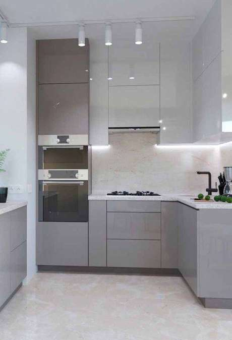 3. A cozinha cinza modulada é delicada e chama muito a atenção. Foto: Ideias Decor