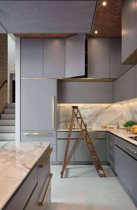 36. A bancada de mármore é um elemento perfeito para cozinha cinza. Foto: Pinterest