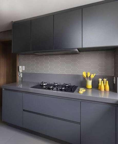 13. A cozinha cinza com papel de parede geométrico é delicada. Foto: Instagram