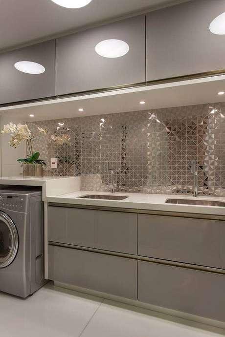 30. Esta cozinha cinza ganha destaque pela parede espelhada. Foto: Homify