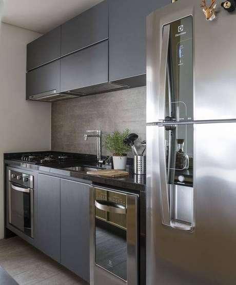 62. A cozinha cinza pode ter uma série de elementos sem ficar carregado. Foto: Revista Casa e Jardim