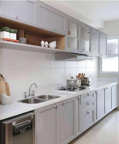 43. A cozinha cinza pode ter diferentes tipos de eletrodomésticos. Foto: Dicas Decor