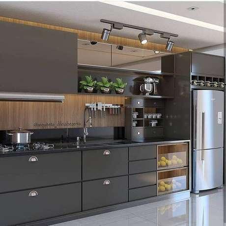 52. Esta cozinha cinza usa uma tonalidade muito escura. Foto: Instragram
