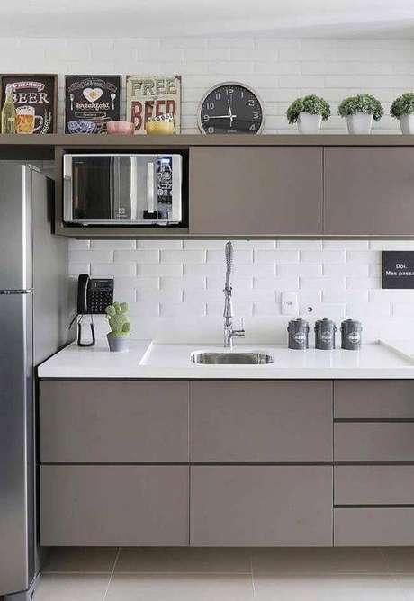 42. A cozinha cinza com tijolinhos brancos é muito clássica e moderna ao mesmo tempo. Foto: Revestindo a Casa