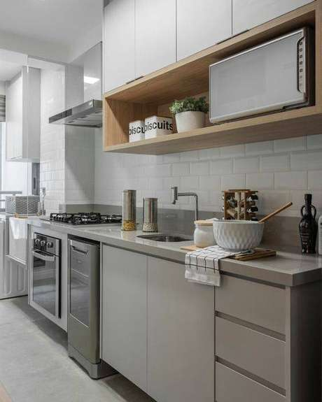 48. A cozinha cinza é delicada, mas pode ter muito destaque a depender dos elementos. Foto: Tua Casa