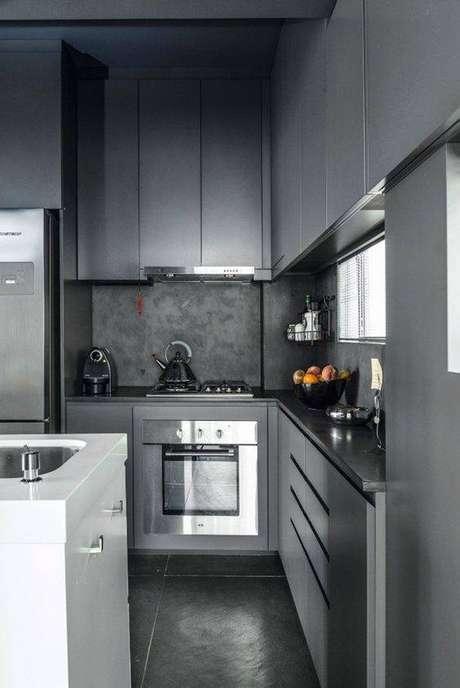 37. Esta cozinha cinza é pequena, mas não parece. Foto: Tua Casa