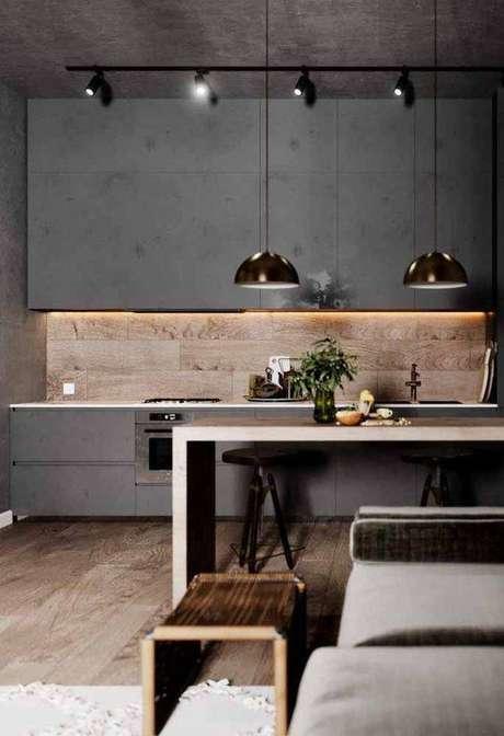 32. Este cozinha cinza ganha um contraste com a parede revestida em madeira. Foto: Ideias Decor