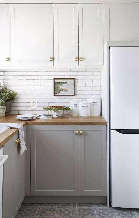 46. A cozinha cinza e branca é uma ótima ideia. Foto: Casa Très Chic