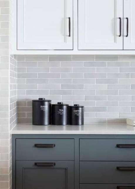 17. Com a cozinha cinza sua otimização de espaço está garantida. Foto: Liliana Zenaro