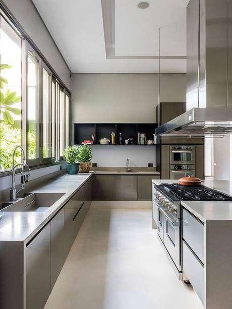 26. O armário de cozinha cinza é o que há de mais sóbrio no ambiente. Foto: Casa de Valentina