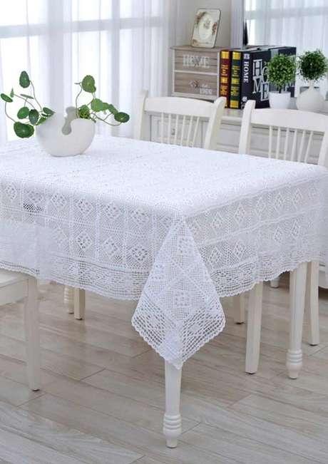 5. Decoração clean com toalha de mesa de crochê quadrada