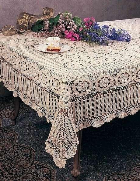 1. Modelo delicado de toalha de mesa de crochê quadrada