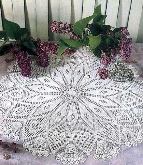 18. Decoração com toalha de mesa de crochê