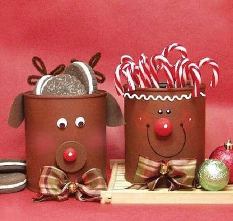 58. As latas decoradas servem de suporte para doces. Fonte: Como Fazer em Casa