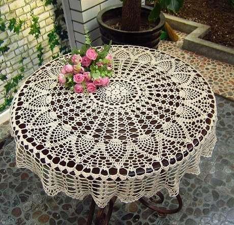 19. Decoração delicada com toalha de mesa de crochê