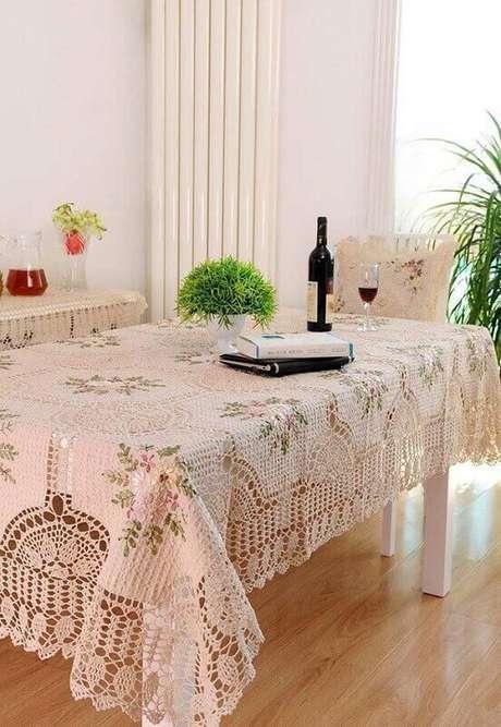 20. Linda e delicada toalha de mesa de crochê com estampa de flores