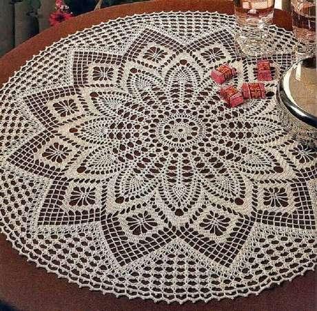 21. Delicada toalha de mesa de crochê redonda