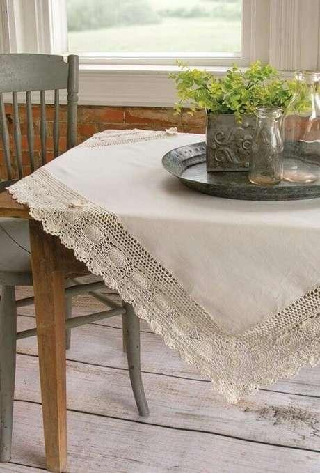 22. Delicado bico de toalha de mesa de crochê em cor neutra