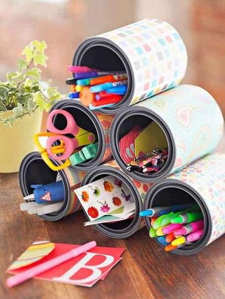 1. As latas decoradas auxiliam na organização do cômodo. Fonte: Pinterest