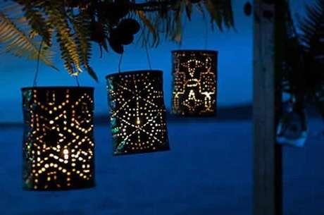 59. As latas decoradas podem ser utilizadas como luminárias. Fonte: Pinterest