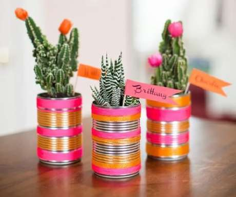 62. As latas decoradas podem servir de lembrancinha. Fonte: Revista Artesanato