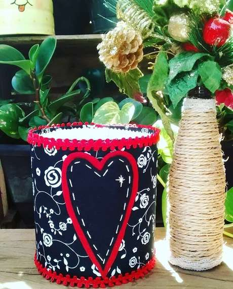 67. Decore a casa com latas decoradas. Fonte: Blog da Sofia