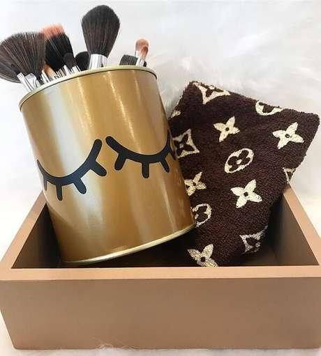 68. Utilize as latas decoradas para organizar seus pincéis de maquiagem. Fonte: Dicas de Mulher