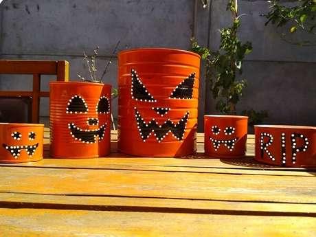 71. Latas decoradas para festa de Halloween. Fonte: Dicas de Mulher