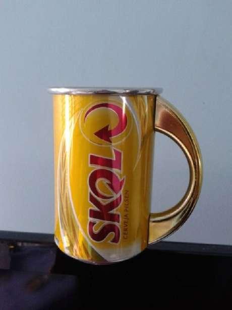 40. Caneca de latas decoradas de cerveja podem decorar a sua área de churrasqueira. Fonte: Pinterest