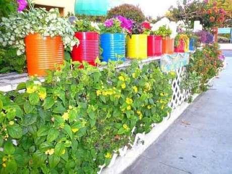 42. Latas decoradas e coloridas enfeitam o jardim. Fonte: Pinterest