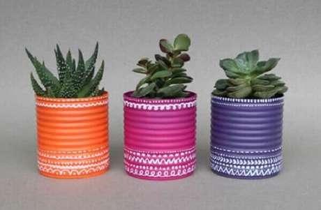 9. Latas decoradas coloridas são ótimos vasinhos para suculentas. Fonte: Pinterest
