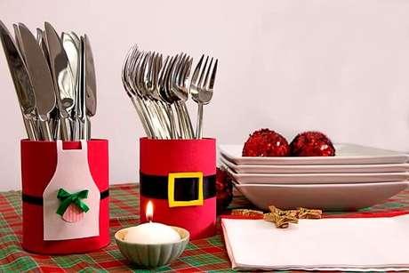 63. Latas decoradas com EVA decoram a mesa de Natal. Fonte: Ciclo Vivo