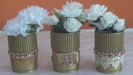 28. Latas decoradas douradas com pérolas para enfeitar a sala de estar. Fonte: Pinterest
