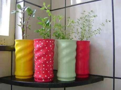 35. Vasos para temperos feitos de lata de Nescau decorada. Fonte: Pinterest