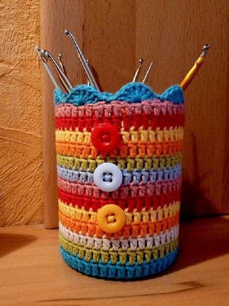 37. Lata de Nescau decorada com crochê e botões. Fonte: Pinterest