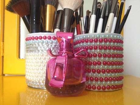 43. As Latas decoradas servem colocar acessórios para maquiagem. Fonte: Pinterest