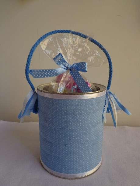 13. As Latas decoradas podem ser feitas com tecido azul. Fonte: Pinterest