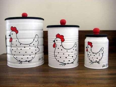 25. Jogo de latas decoradas com pintura branca e desenho de galinha. Fonte: Pinterest